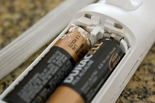 rimuovere acido fuoriuscito batterie